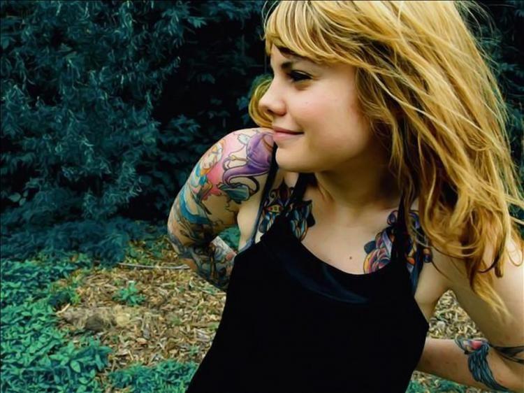 luciendo los tatuajes de un pasado. Tatuaje al estilo caricatura, una hada en un estilo algo gótico,